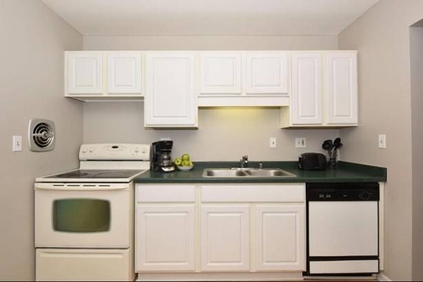 Nicely appointed kitchen (photo 3)