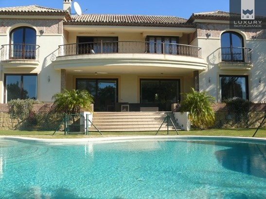 A stunning Villa for sale in Sotogrande with a bright south facing aspect, bordering with the world famous Valderrama Golf course (photo 3)