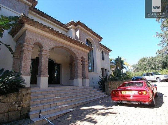 A stunning Villa for sale in Sotogrande with a bright south facing aspect, bordering with the world famous Valderrama Golf course (photo 5)