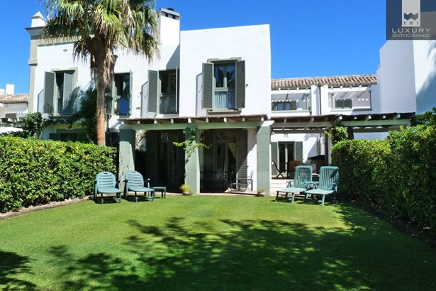 Immaculate Townhouse For Sale in Sotogrande Ribera del Emperador (photo 1)