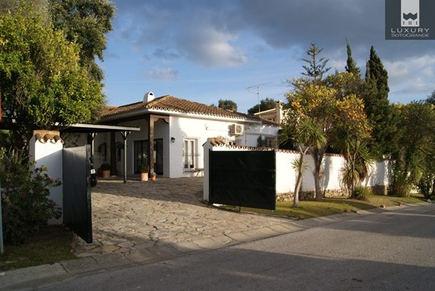 Beautiful bungalow style villa for sale in Sotogrande Costa (photo 1)