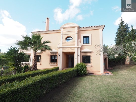 Immaculate south facing townhouse with private swimming pool for sale in Sotogrande (photo 1)