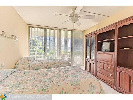 Condo/Co-Op/Villa/Townhouse, Co-Op 1-4 Stories - Hillsboro Beach, FL (photo 4)