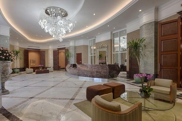 Building Lobby (photo 2)