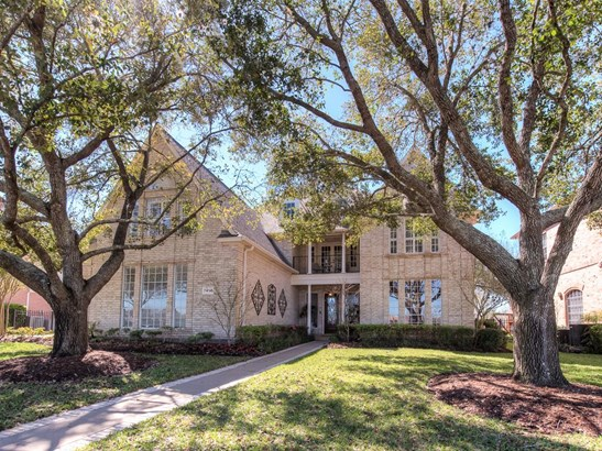 Beautiful and light-filled home in Greatwood Shores offers 5 bedrooms, formals, study, 1st floor master and spacious game room overlooking the Golf Course. (photo 1)