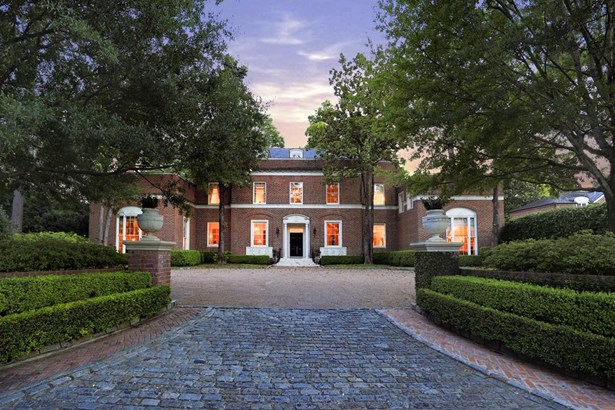 Along the wooded banks of Buffalo bayou sits Malvern, completed in 1938 by prominent architect John Staub. A comprehensive, research driven restoration has produced a modernized residence complete with historical charm. (photo 1)