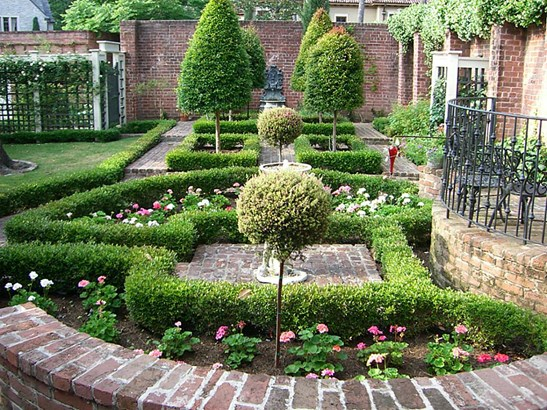 Another view of the parterre garden. (photo 3)
