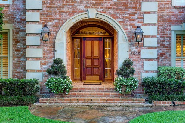 Closer view of the front door and arched stonework, mahogany front door, transom and beveled glass side lights. Bevelo gas lanterns from New Orleans. (photo 3)