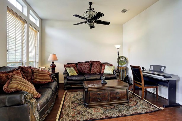 Formal living or Study located the left of the entry. Ceiling fan, window treatments and wood flooring. (photo 3)