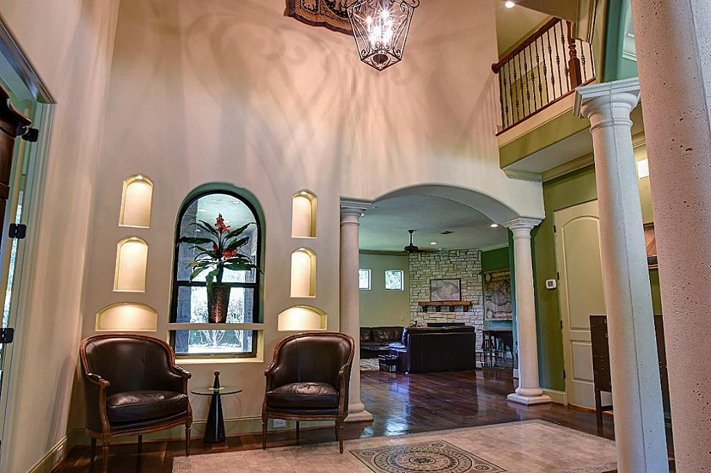 Dramatic entry with large foyer (photo 3)