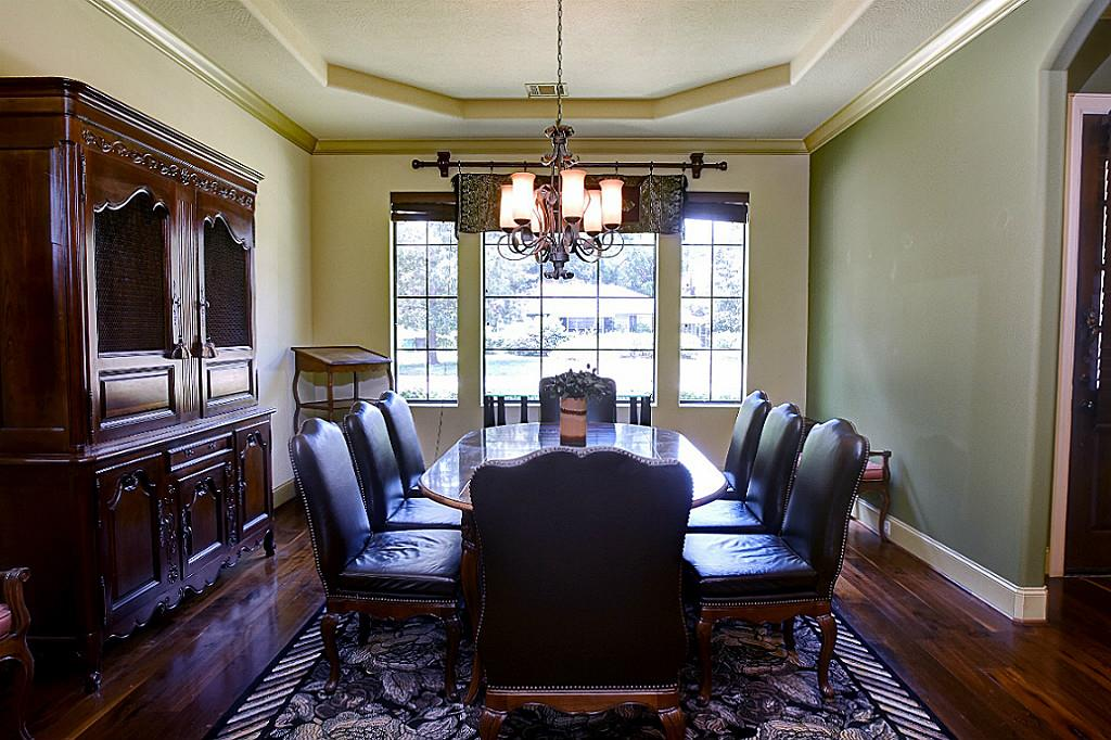Large formal dining with lots of natural light, great flow for entertaining (photo 5)