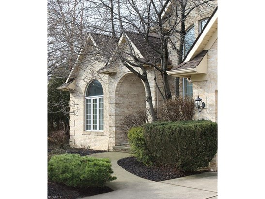 582 Clinton Ln, Highland Heights, OH - USA (photo 4)