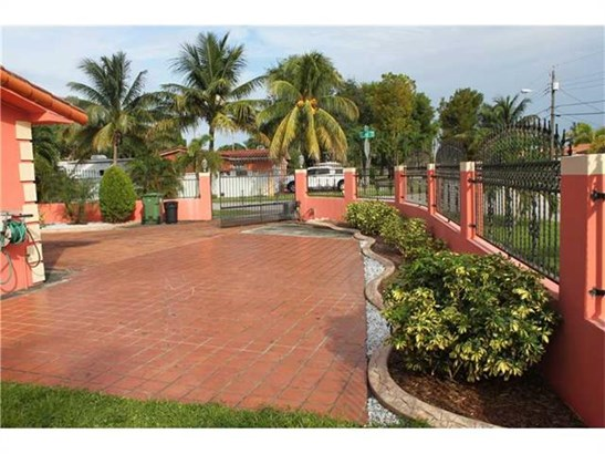 Single-Family Home - Hialeah, FL (photo 5)