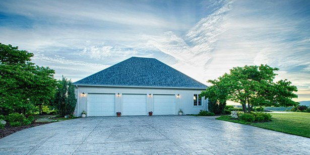 3 CAR 25X40 GARAGE WITH 9FT CEILING, HANDICAP ACCESS AND STAMPED CONCRETE PARKING AREA (photo 4)