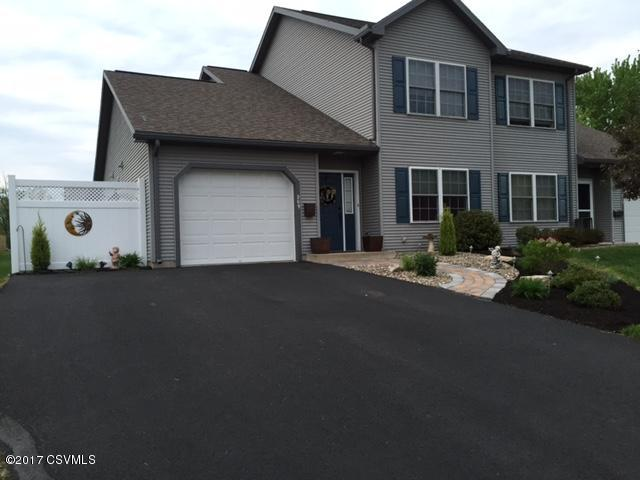 Gorgeous townhouse with paved driveway (photo 1)