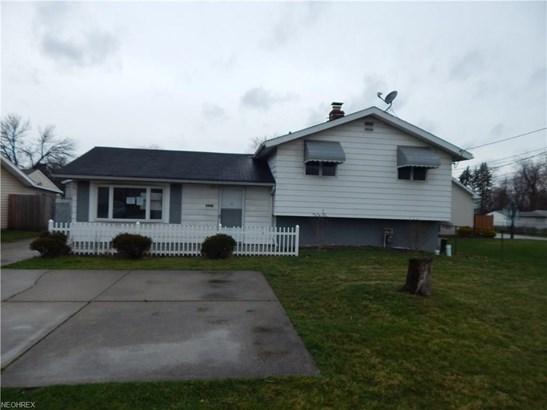 Split Level, Single Family - Brook Park, OH (photo 2)