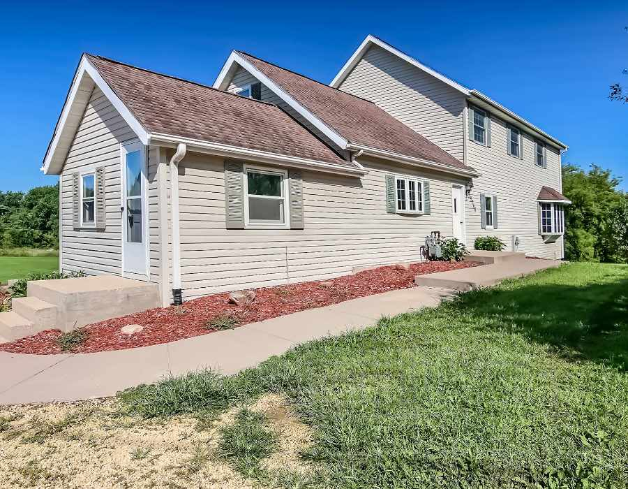 House, 2 Story - LEAF RIVER, IL (photo 2)