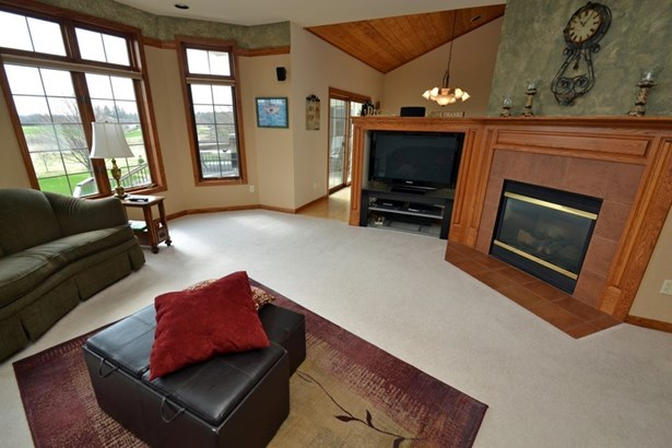 Great Room w/2 Sided Fireplace (photo 4)