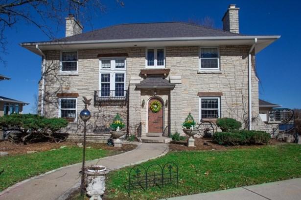 Stunning Manor Home (photo 1)