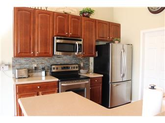 Tastefully appointed kitchen (photo 4)