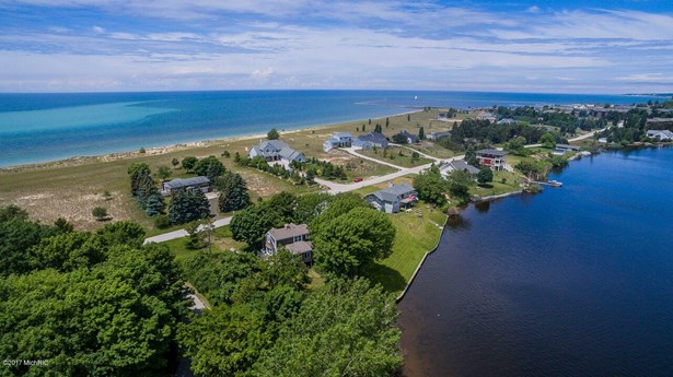 Cape Cod, Single Family Residence - Ludington, MI (photo 4)