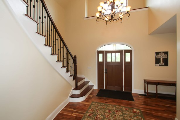 Entryway (photo 3)