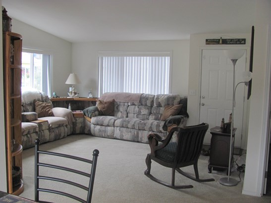 Living room (photo 2)