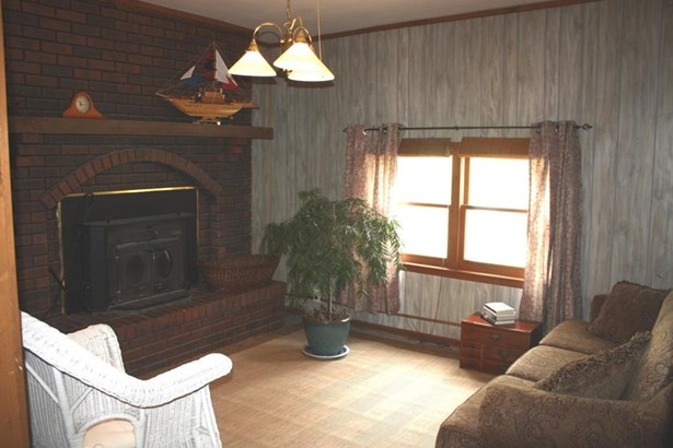 Living room with fireplace (photo 4)