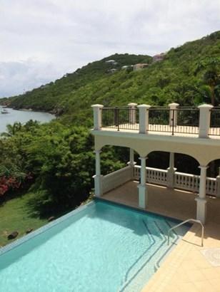 Large pool and multiple sun decks (photo 4)