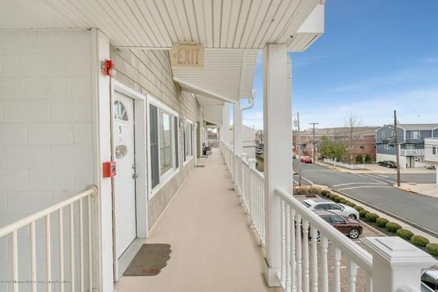 Condominium,Condominium - Attached,End Unit,Ranch,Upper Level (photo 4)
