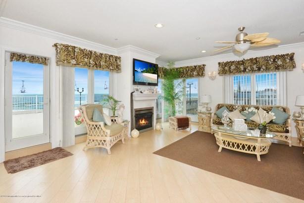 Condominium,Attached - Attached,End Unit,Middle Level,One Level Unit (photo 1)