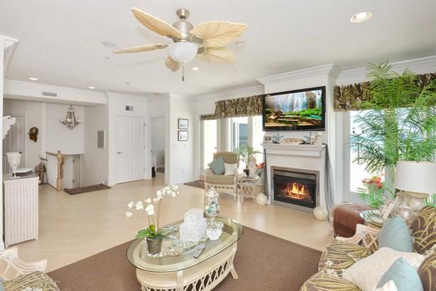 Condominium,Attached - Attached,End Unit,Middle Level,One Level Unit (photo 4)