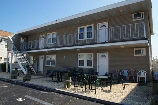 Condominium,Condominium - Attached,End Unit,Lower Level,One Level Unit (photo 2)