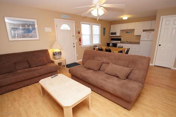Condominium,Condominium - Attached,End Unit,Lower Level,One Level Unit (photo 4)