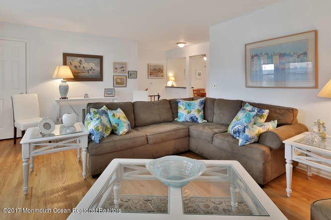 Condominium,Condominium - Attached,One Level Unit,Upper Level (photo 3)