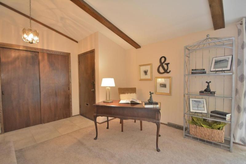 Foyer/Living Room (photo 2)