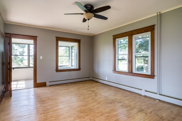 Living Room w/ Hardwood Floors (photo 4)