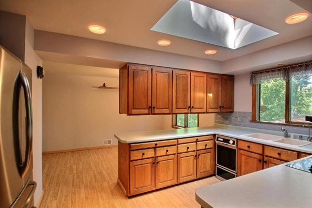 Kitchen & stainless steel ref & cooktop (photo 5)
