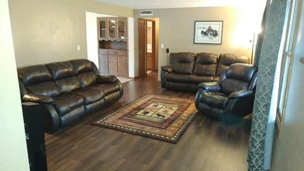 spacious living room with pict (photo 2)