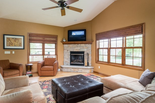 Great Room w/ Vaulted Ceiling (photo 3)