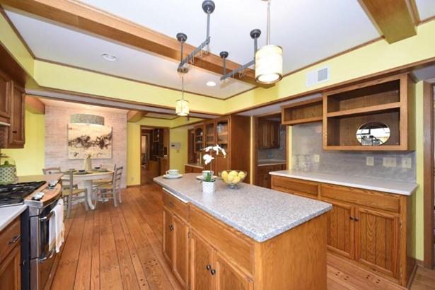 Bright open kitchen (photo 2)