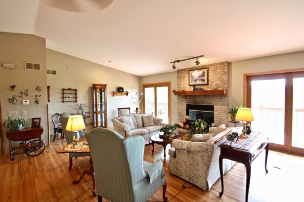 Great Room w/ vaulted ceiling (photo 2)