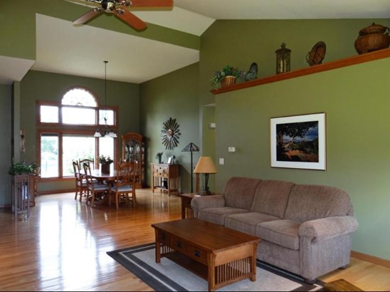 Vaulted Ceiling and Decorator Ledge (photo 4)