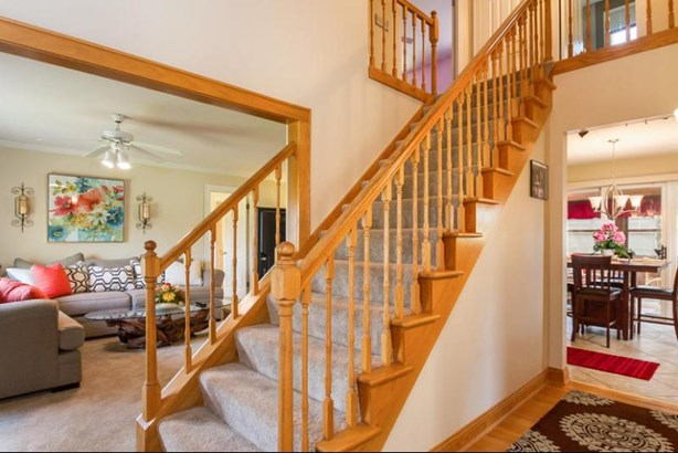 Entry foyer with open staircase (photo 2)