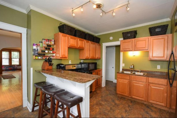 Kitchen with Breakfast Bar (photo 3)