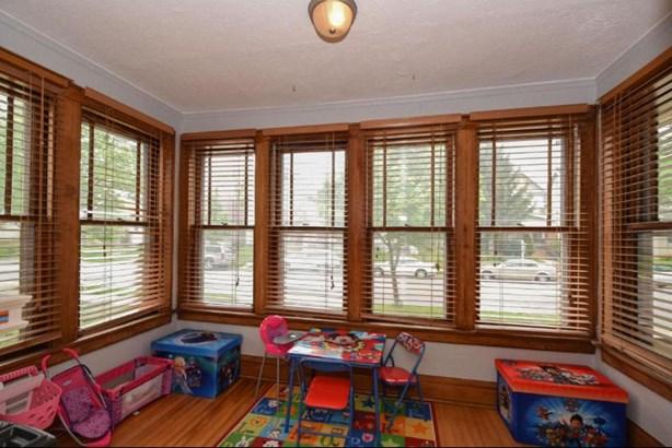 Bright Sunroom (photo 4)