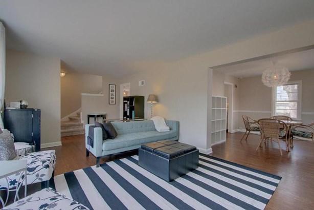 Living room - gleaming wood floors (photo 3)