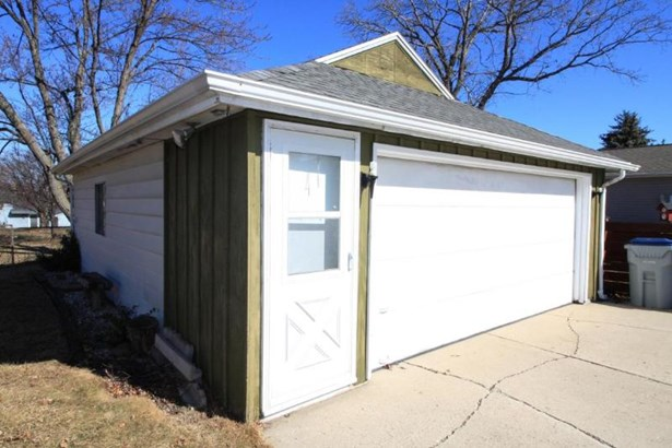 Extended garage (photo 2)