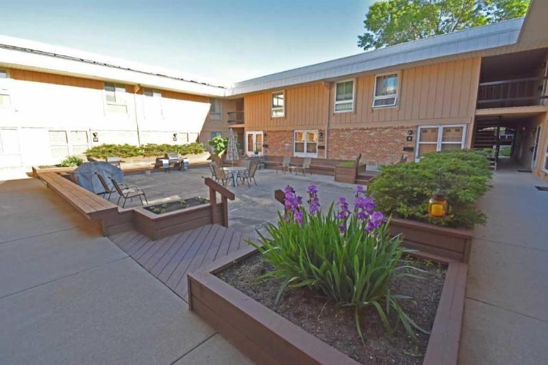 Building Courtyard (photo 2)