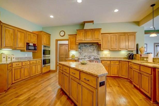 Gourmet Kitchen & Island (photo 4)